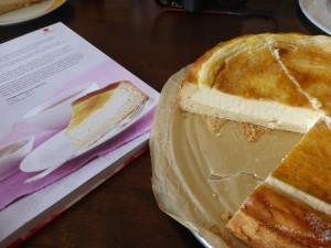 Käsekuchen, angeschnitten mit Buch