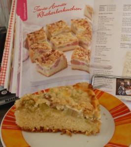 fertiger Kuchen vor dem Buch