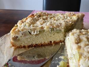 fertiger, angeschnittener Kuchen